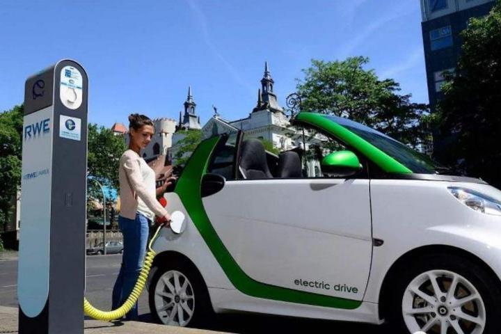 """新能源二手车残值调查:一年掉价2万三年蒸发50%,车主""""骑虎难下"""""""