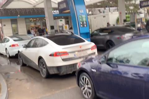 国外电动汽车车主封锁加油站 抗议油车占位
