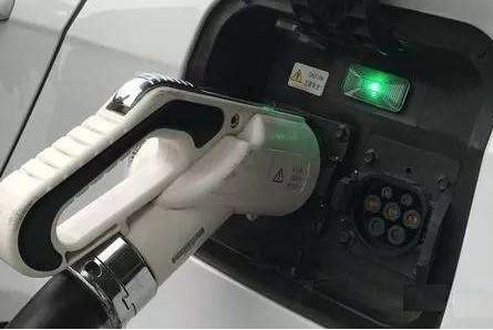 电动汽车可以一整夜都充电吗?充完电不拔枪会自动断电吗?会损伤电池吗?