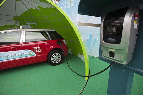 """找桩难充电难 新能源车想要""""电力十足""""不容易"""
